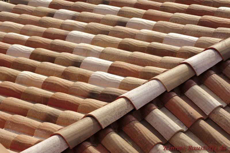 schönes mediterranes Satteldach in Handstrichoptik und Herbstlaubfarben