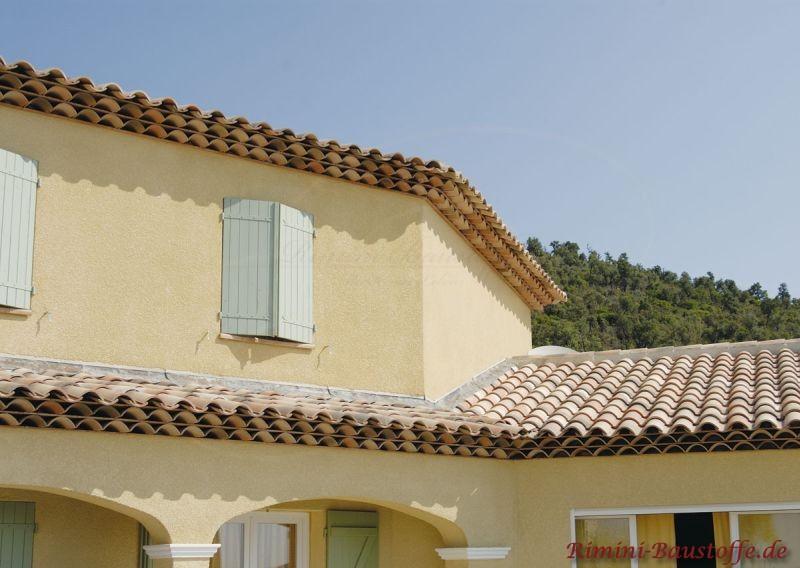 Französisches Haus in Pastelfarben, mit Klappläden