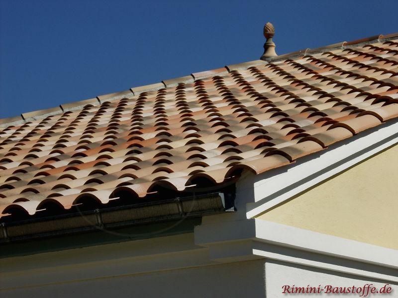 Hier schön zu sehen die Traufe und der Ortgang des Daches