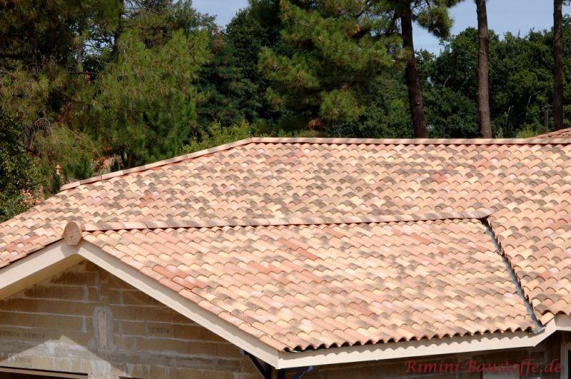 sehr schöne Architektur des Daches und schöne helle Ziegel mit schönen Zierelementen