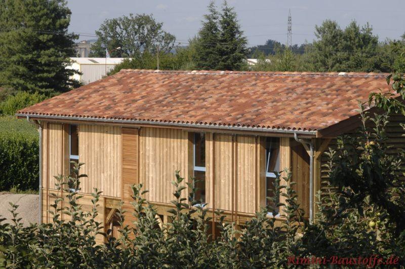 Gartenhaus aus Holz gefertigt mit einem schönen passenden Dach