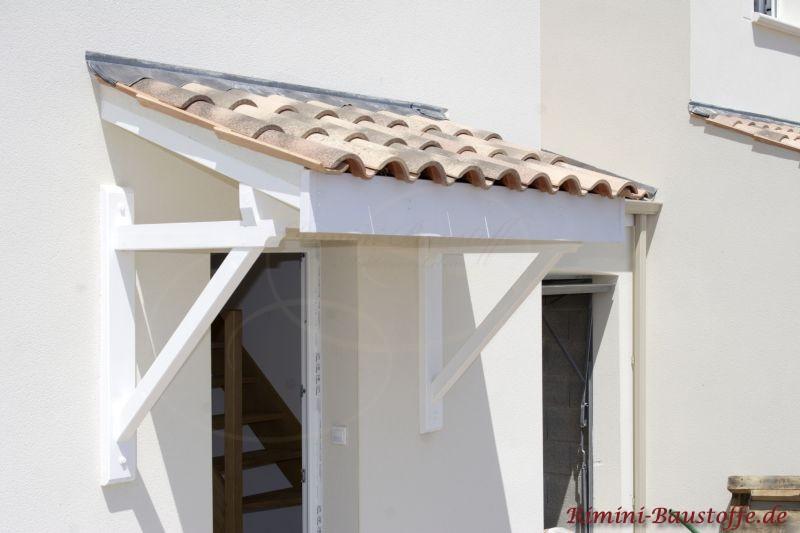 sehr schöner kleiner Türüberstand mit weißen Balken passend zur Fassade und mediterraner Abdeckung