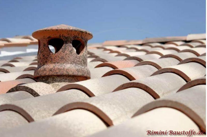 Sanitärlüfter auf einem Dach ganz typisch für mediterrane Däche schön verziert