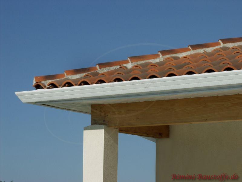 Hier sehr schön zu sehen die Traufe und die Unterkonstruktion des Daches