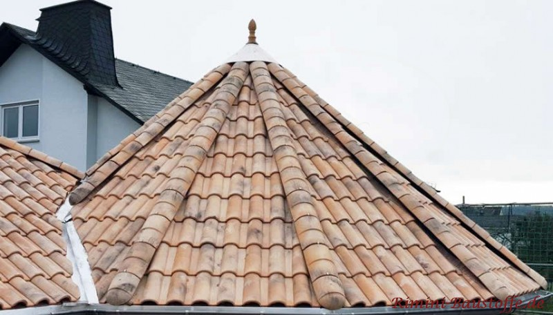 Runddach mit einem romanischen Dachziegel und einer Zierspitze