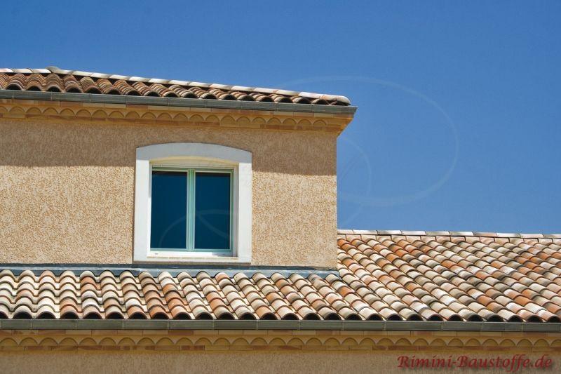 schönes mediterranes Wohnhaus mit Dachgaube und schönen milden mediterranen Ziegeln