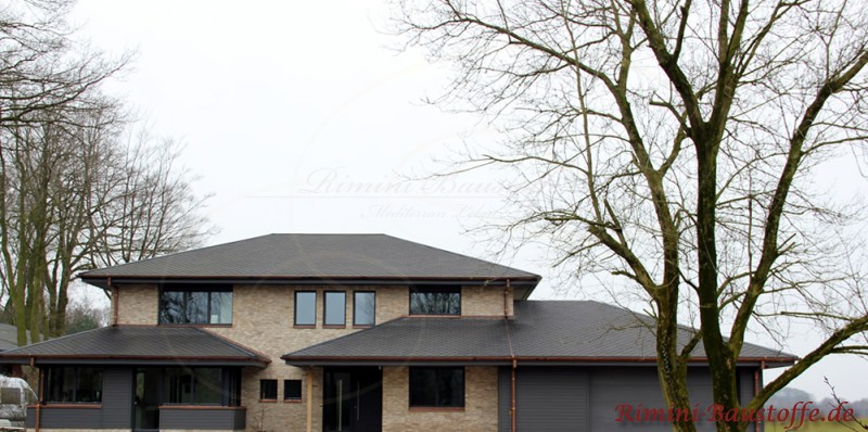 anthrazitfarbenes Dach und einige farblich passende Elemente in der Fassade