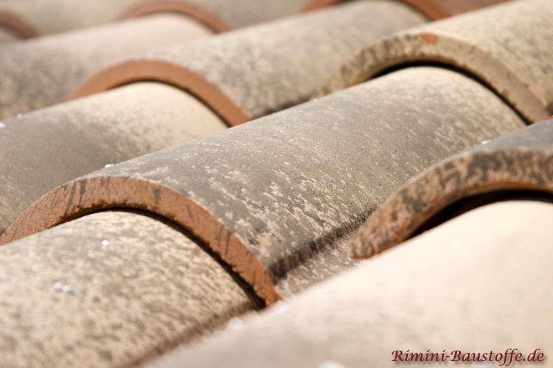Nahaufnahme eines mediterranen Ziegels mit großem Wulst in Braun- und Sandtönen