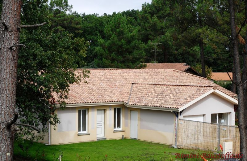 Schönes älteres Haus mit zweifarbigem Putz und sehr schönem milden mediterranen Dach in Sandfarben