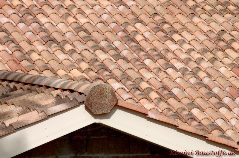 Sehr schön zu sehen die Firstscheibe einer Gaube auf einem mediterranen Dach in Sandfarben