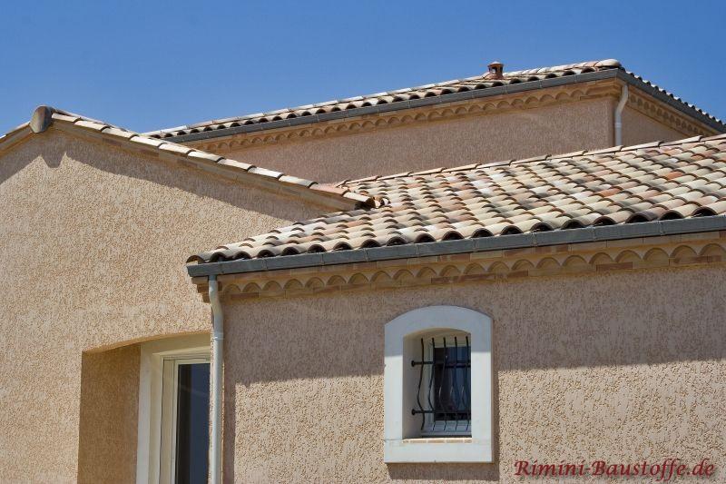 kleines mediterranen Wohnhaus mit heller Putzfassade, weißen Faschen und schönem Dach in Sandfarben