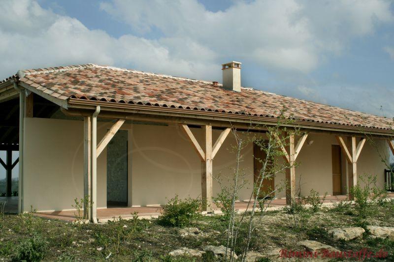 Wohnhaus im südländischen Stil mit Dachüberstand an der Südseite und schönen Holzpfeilern