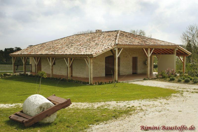 mediterranes Ferienhaus in Spanien mit schönem Krüppelwalmdach in Sandfarben