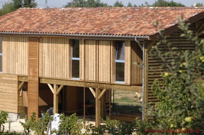 Holzscheune mit Büroräumen und schönem mediterranen Dach
