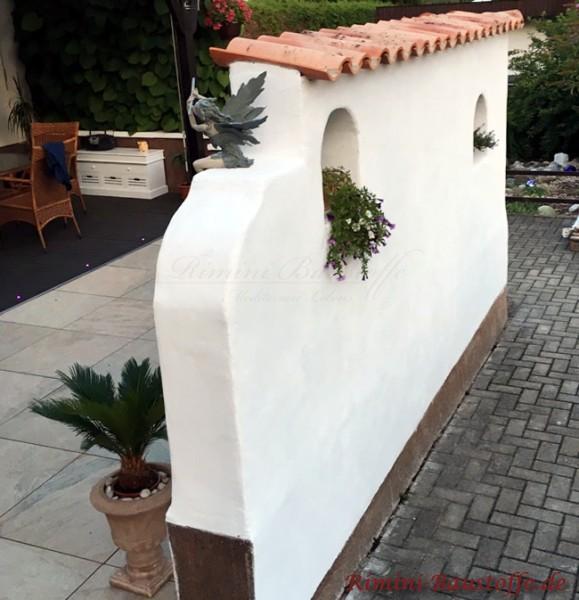 spanische Halbschalen auf einer weiss verputzten Mauer