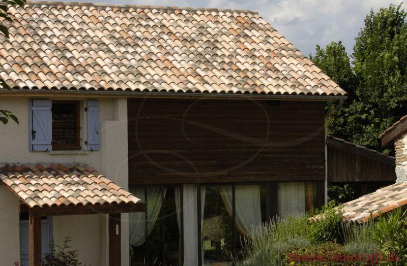 Mehrfamilienhaus mit sehr schönem südländischen Dach in Sandfarben