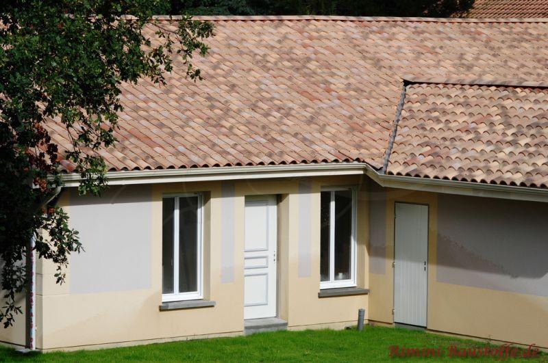 schönes kleines mediterranes Haus mit sehr schönen Ziegeln im südländischen Stil