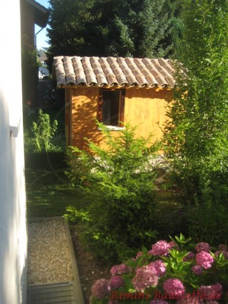 kleines Gartenhaus mit Moench Nonne gedeckt