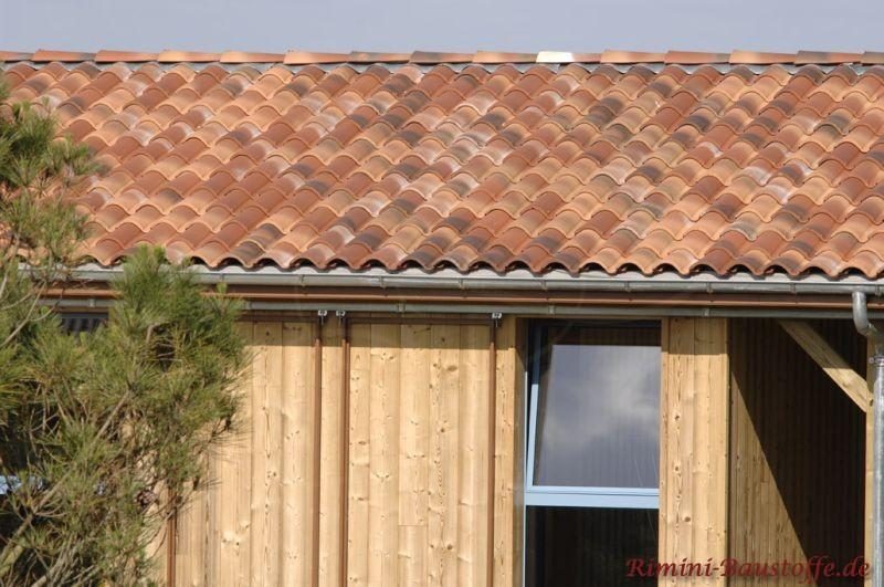 Holzhaus mit mediterranen Ziegel in Rottönen