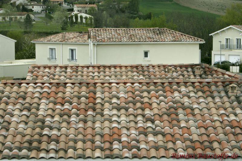 mehrere Gebäude in einem Stil mit sehr schönem Dach in hellen Brauntönen mit einer alten Oberfläche