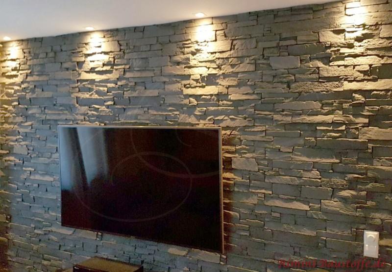 Tv-Wand mit Paneelen in Natursteinoptik verkleidet