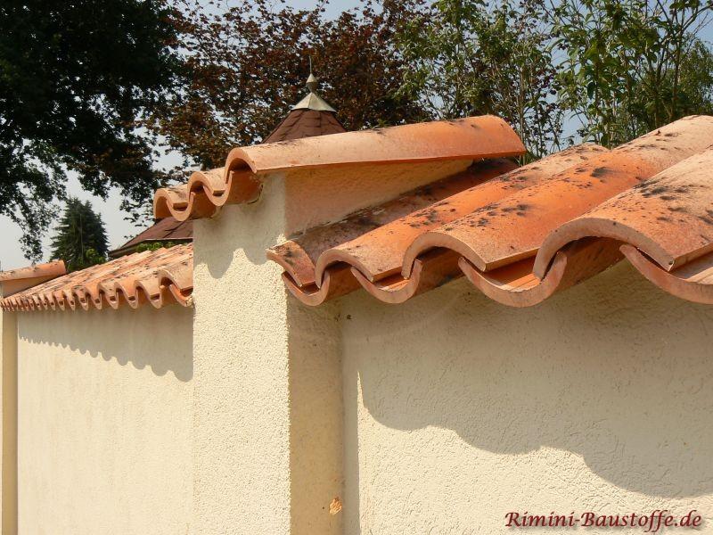 verputzes Mauerwerk mit einer Erhabenen Ecksäule und Halbschalen als Abdeckung
