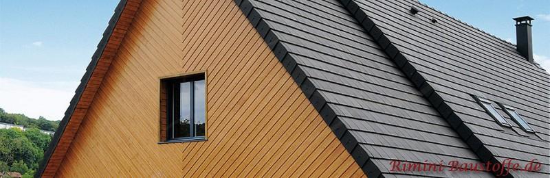Schoener Anthraztfarbener Glattziegel auf dem Dach zu einer Holzfassade
