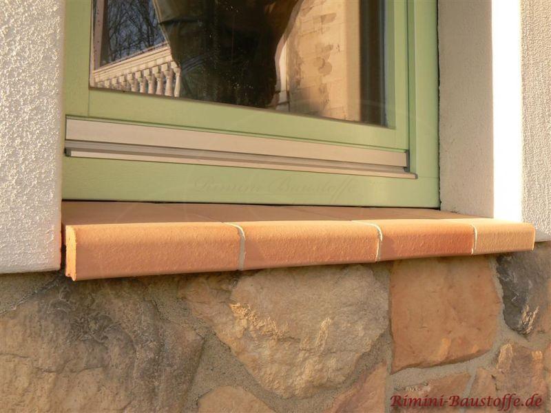 helle Tonfensterbank zu einer Natursteinfassade