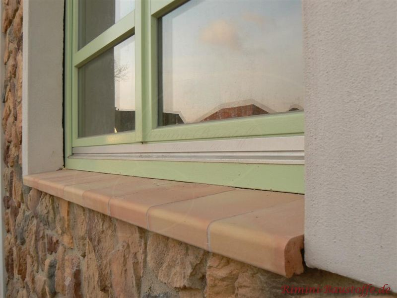 schoene Fensterbaenke zu gruenen Fensterrahmen