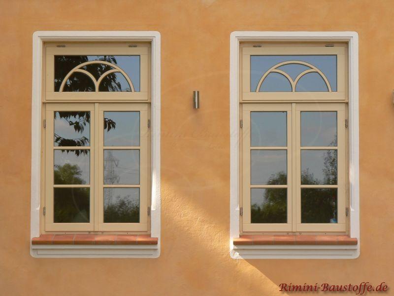 antike Fenster mit schoenen Fensterbaenken