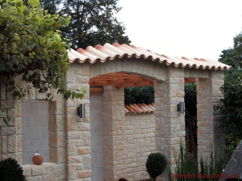 Gartenmauer in mediterranem Stil mit Fenstern und einer Mauerabdeckung aus traditionellen Halbschalen