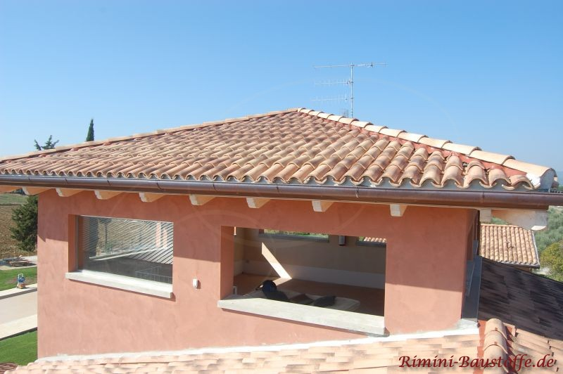 Zeltdach mit Halbschalen eingedeckt