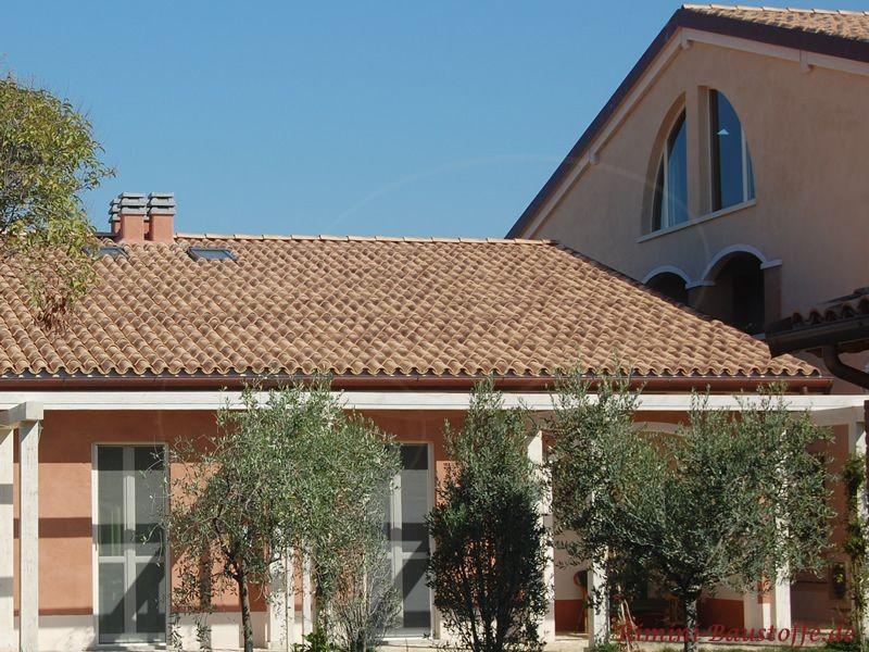 mediterranes Gebäude mit klassischer Halbschaleneindeckung