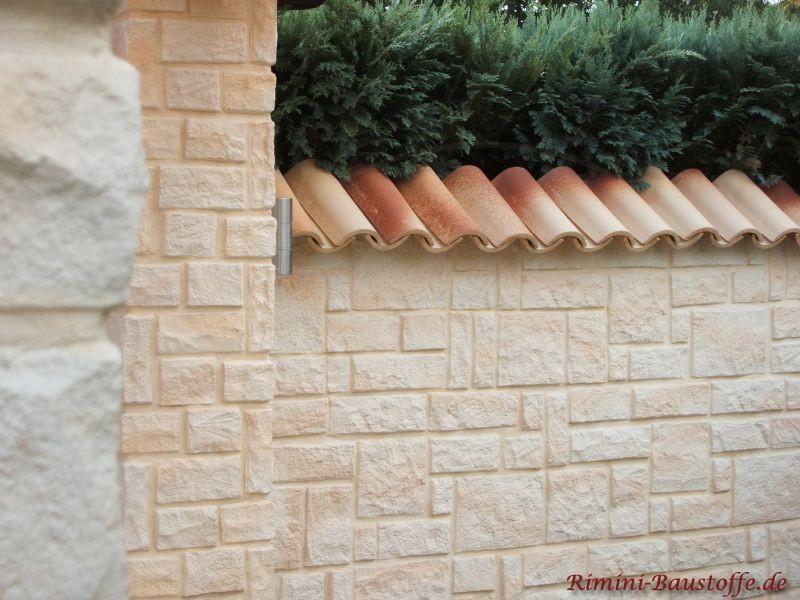 helle Natursteinmauer mit mediterraner Mauerabdeckung