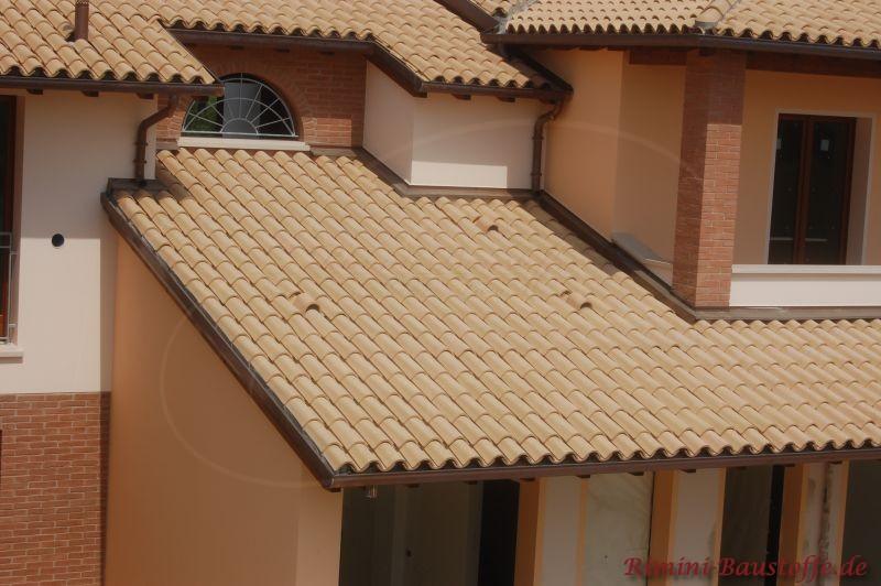 mediterranes Gebäude mit traditioneller Halbschaleneindeckung