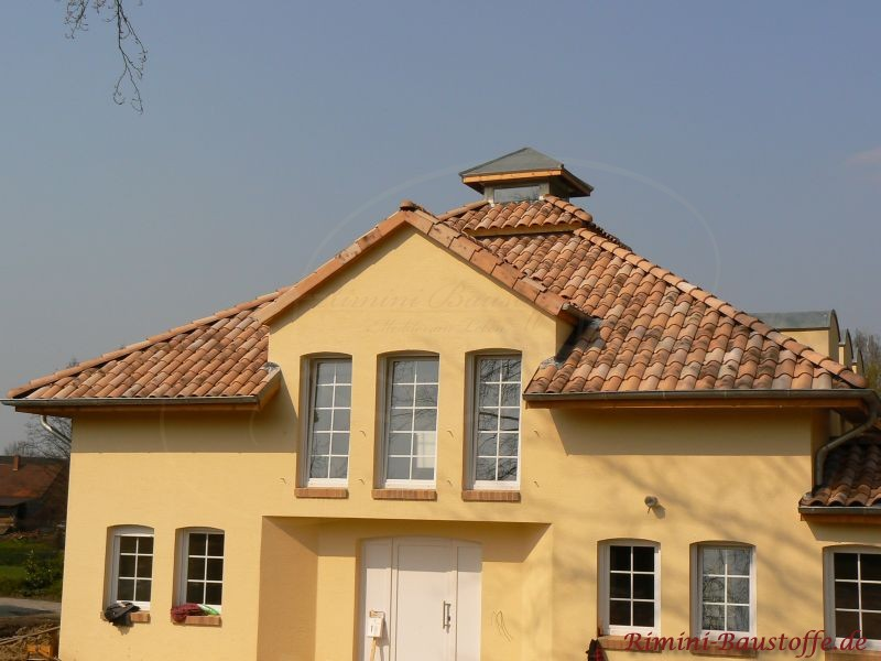 Wohnhaus im südländischen Stil mit sehr schönem bräunlichen Ziegel