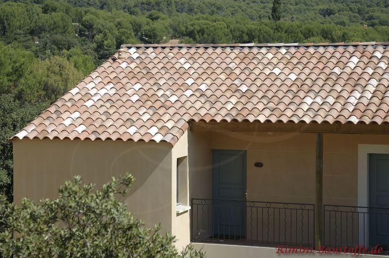 Satteldach mit schönem Ziegel in Erdtönen zu einer hellgelben Putzfassade