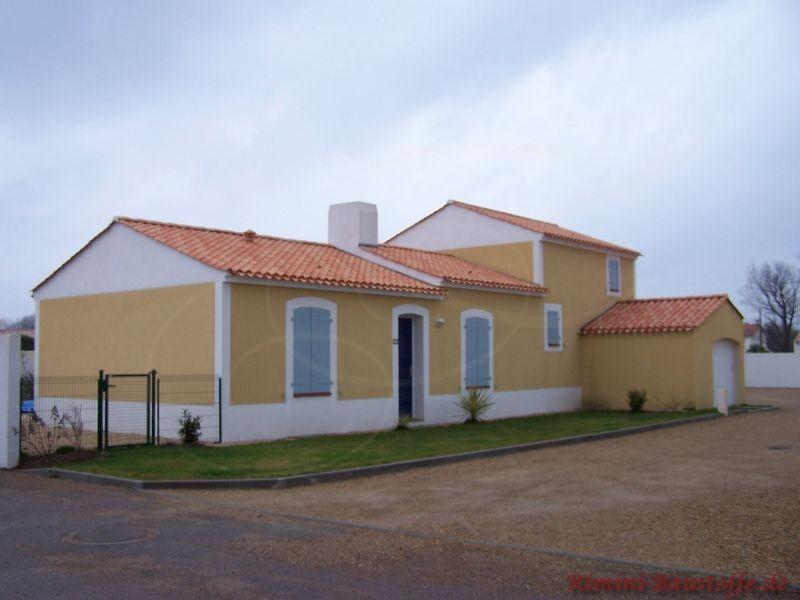 zweifarbige Außenfassade in weiß und gelb mit weißen Faschen und schönem rose farbenen Dach