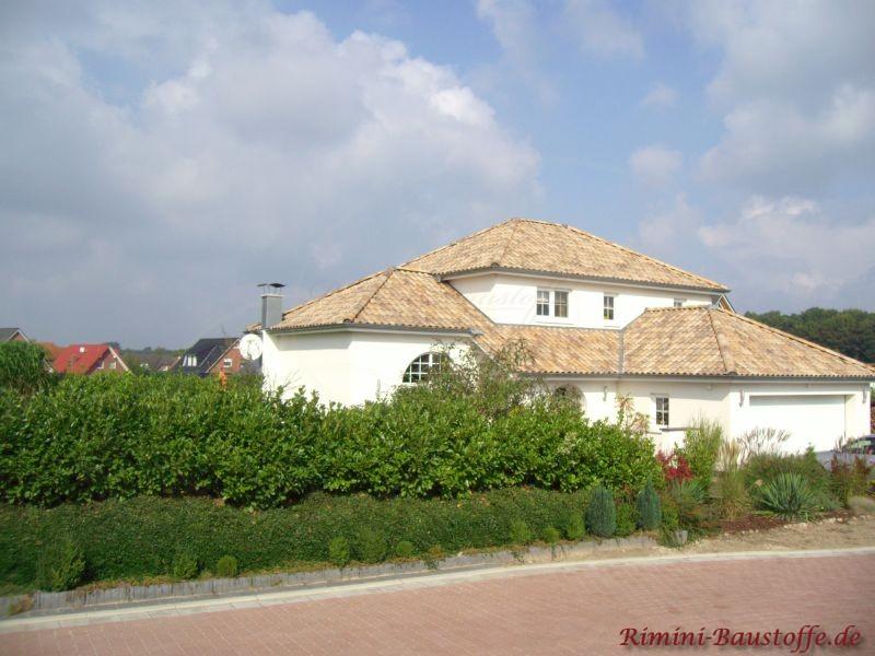 sehr schönes mediterranes Haus mit weißer Putzfassade und schönen Zeltdächern in Naturtönen