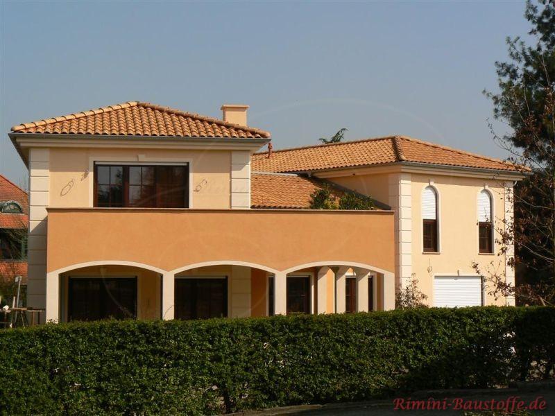 mediterrane Villa mit Dachunterstand farblich abgesetzt