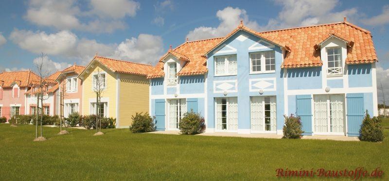 englischer Baustil, hellblaue Putzfassade und schönes mediterranes Dach in Rottönen