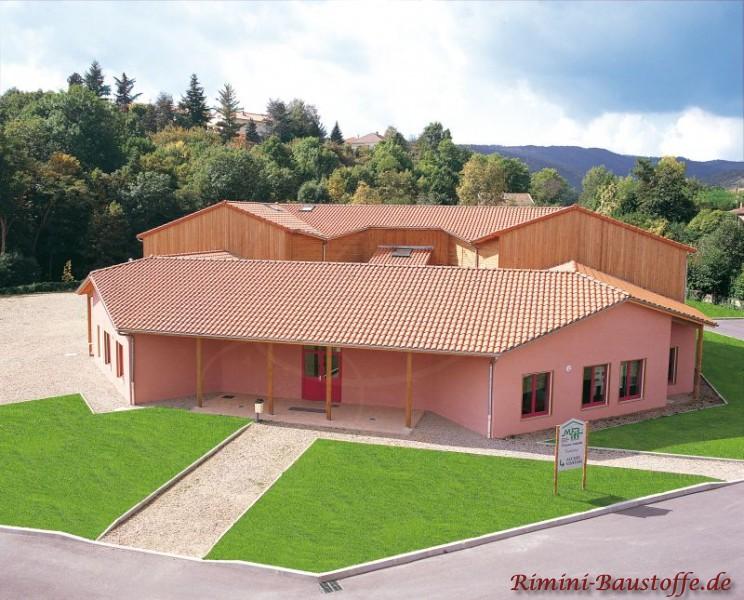 hellrote Putzfassade und sehr schöne Architektur passend zu einem changierenden Dach