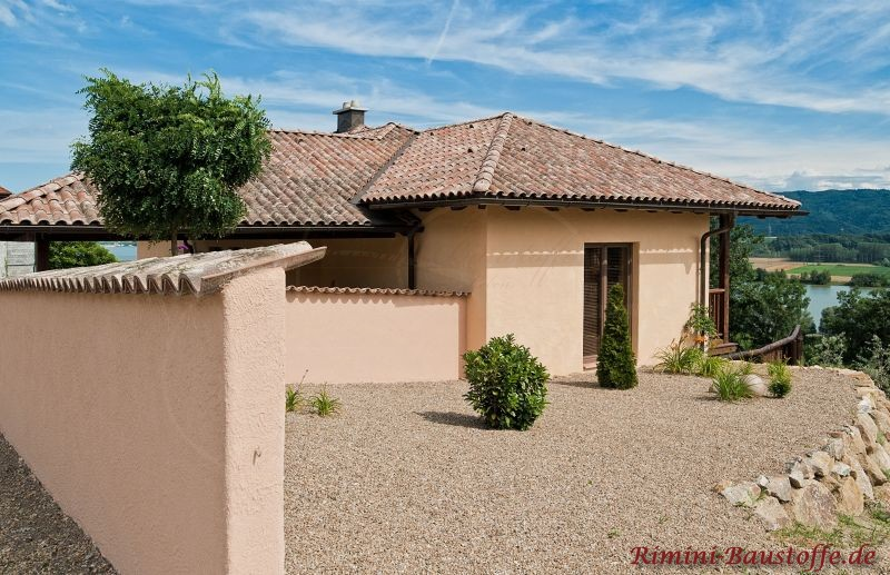 schönes Wohnhaus im südländischen Stil mit heller Putzfassade und einem Dach in Erdtönen