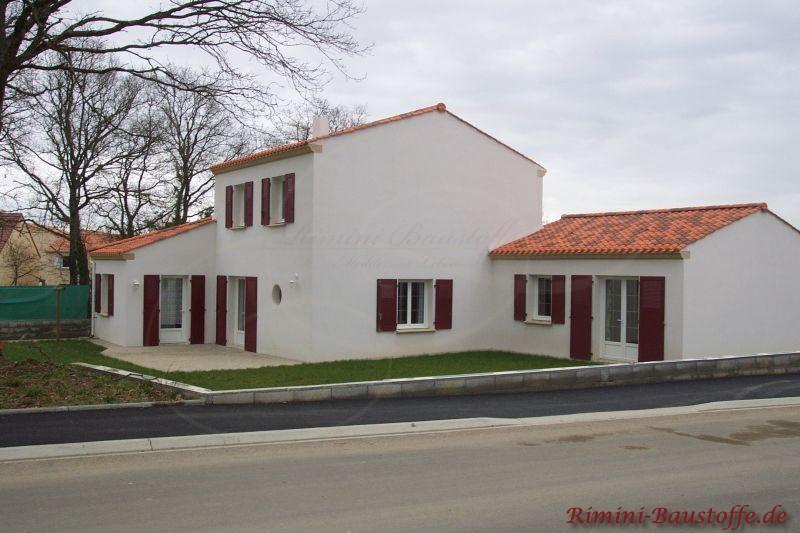 Gebäude mit weißer Putzfassade, braunen Fensterläden und schönem Satteldach in Rot
