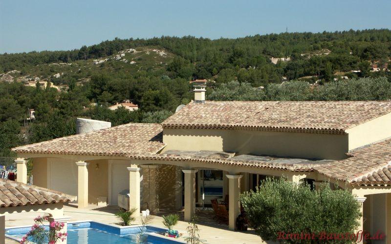 große mediterrane Villa mit Pool und schönem Naturfarbenen Dach