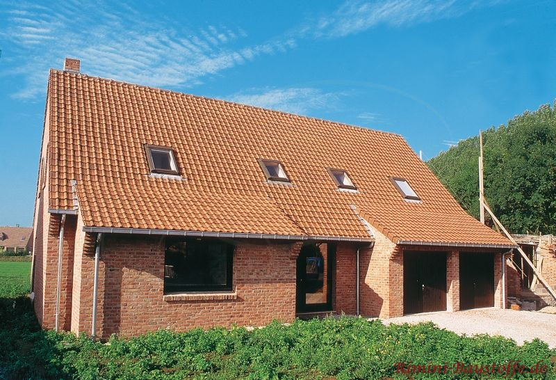 norddeutscher Klinkerbau mit passendem südländischen Ziegel auf einem Satteldach
