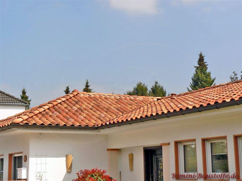 weiße Putzfassade eines Bungalos mit schönem changierenden mediterranen Ziegel