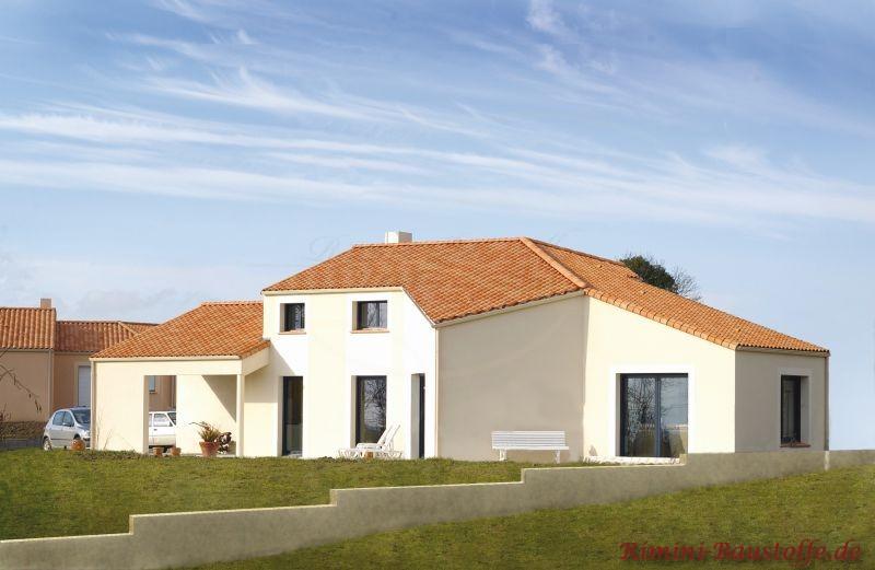 Wohnhaus im südländischen Stil mit hoher, heller Putzfassade und schönem roten Dach