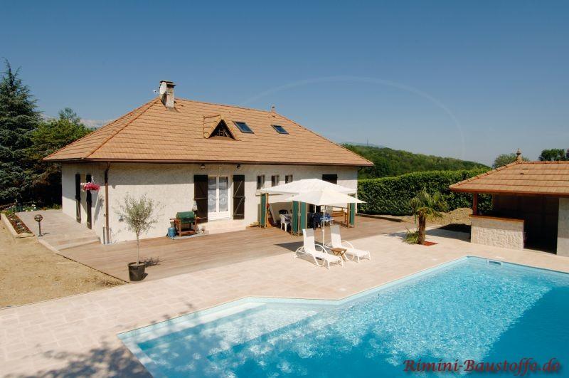 Einfamilienhaus im südländischen Stil mit schönem Pool und schöner passender Dachfläche