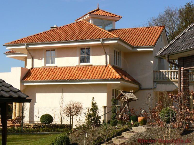 Villa im südländischen Stil mit schöner heller Putzfassade und einem passenden roten Dach